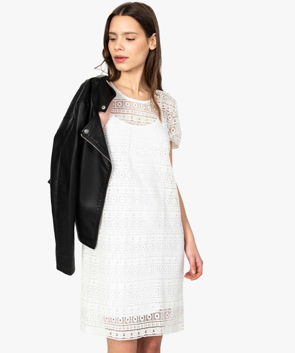 Robe blanche courte en dentelle de la marque gémo, en promotion.